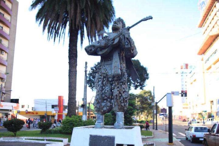Monumento e Praça Teixeirinha